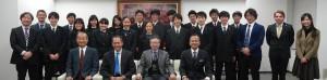 クーパーマン教授を囲む広尾学園の生徒たち、Asuka Academyの人たち
