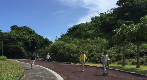 八丈島の植物公園でノルディックウォーキングを楽しむ人たち